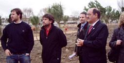 El ingeniero encargado del proyecto, Antonio Gabarrón, durante su visita, ayer, a las obras del parque Villa de las Ferias, acompañado del alcalde de la villa, Crescencio Martín Pascual