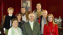 Los alcaldes y alcaldesas de las pedanías vallisoletanas posan, ayer, junto a Ruiz Medrano y Zarzuelo Capellán en en Salón de Plenos de la Diputación