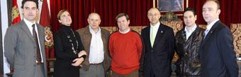 Los alcaldes de La Churrería y zona de Pinares posan con Ruiz Medrano y Zazuelo Capellán momentos antes del desayuno de trabajo.
