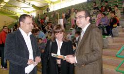 Representantes de la Institución provincial y del Ayuntamiento medinense visitaron el polideportivo Pablo Cáceres durante el encuentro.