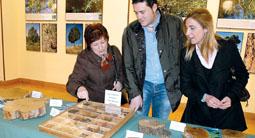 La alcaldesa de Tordesillas, Marlines Zarzuelo (a la derecha), observa uno de los mostradores de la exposición el día de la inauguración de la muestra.