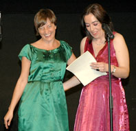 La simpar Noelia Romo saluda a Eva H en la Gala Inaugural de la pasada edición de la Semana de Cine de Medina del Campo.