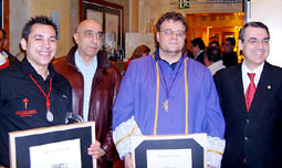 Miembros de la Banda de Música de la cofradía posan con sus diplomas de participación en el Certamen