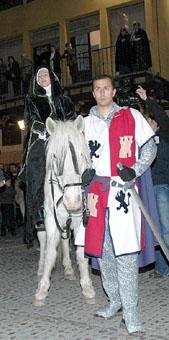 Juana I entra en tordesillas a lomos de un caballo, precedida por uno de los Monteros de Espinosa
