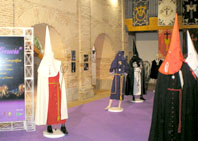 Hábitos y complementos procesionales, como los estandartes de las cofradías, también tienen su lugar en la muestra Vía Crucis en el Centro Cultural Integrado