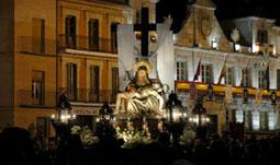 La Virgen de las Angustias recorre las calles del centro de la villa el Viernes de Dolores.