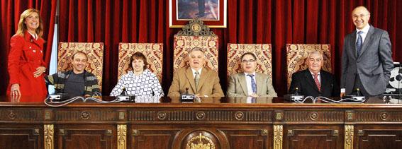 Foto de familia de los alcaldes asistentes al desayuno de trabajo en la Diputación de Valladolid, con el presidente de la Institución, Ramiro Ruiz Medrano (dcha.) y Marlines Zarzuelo (Izq.).