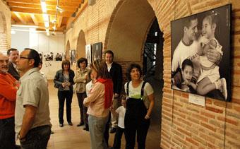 Visitantes de la exposición momentos antes de la inauguracón oficial, ayer.