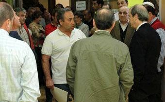 Teodoro Recio explica al representante de la Administración la negativa de los viticultores a firmar las actas previas de ocupación.