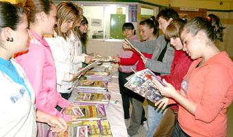 Alumnas del Instituto Emperador Carlos hojean la revista recién salida de imprenta.