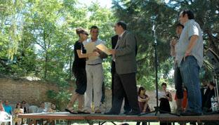 El alcalde de la villa, Crescencio Martín Pascual entrega, ayer, un diploma a una de las alumnas del centro.