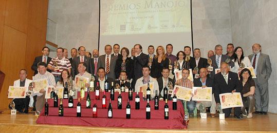 Foto de familia de todos los premiados junto al presidente de la Junta, Juan Vicente Herrera; la alcaldesa de Tordesillas, Marlines Zarzuelo y responsables de cooperativas