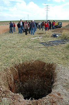 Miembros de la Plataforma visitan ayer una de las parcelas afectadas por las obras de REE