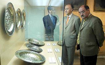 Sánchez del Barrio, Ruiz Medrano y Martín Pascual contemplan los platos litúrgicos.