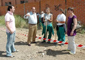 David Blanco y Crescencio Martín Pascual departen con dos alumnas del Taller y la coordinadora, Rocío Rocha
