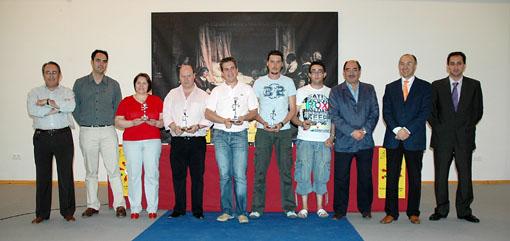 Los cinco ganadores posan en una foto de familia (en el centro) junto a las personas que entregaron los premios en el salón de actos del Centro Cultural Integrado