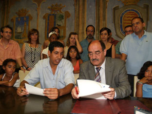 Crescencio Martín Pascual y Abdulah Arabi firman el protocolo de hermanamiento en el Salón de Escudos de las Casas Consistoriales