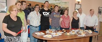 Los concursantes de 'Llamativos 2008' posan con sus pinchos, el pasado lunes, en la sede de la Asociación de Hosteleros.