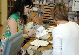 Una visitante consulta la oferta de la villa en la Oficina de Turismo de Medina del Campo.