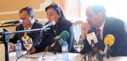 Córdula García junto al alcalde de la villa, Crescencio Martín Pascual, ayer en el Palacio Balneario de Las Salinas.