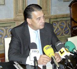 El portavoz del Grupo de Gobierno, Javier Rodríguez, durante la rueda de prensa.