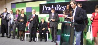 El presentador brinda por las bodegas PradoRey ayer, en el momento de la inauguración.