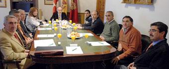 Ramiro Ruiz Medrano y Virginia Serrano durante el desayuno de trabajo con los alcaldes, en el despacho presidencial de la Diputación.
