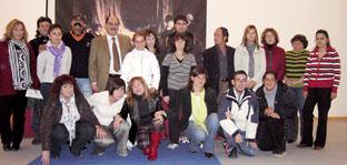 Los alumnos del Taller de Empleo posan con el alcalde de la villa, Crescencio Martín Pascual, en el salón de actos del Centro Cultural Integrado