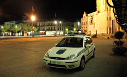 Un coche de la Policía Local permanece a las puertas del Ayuntamiento de la villa en una noche septembrina